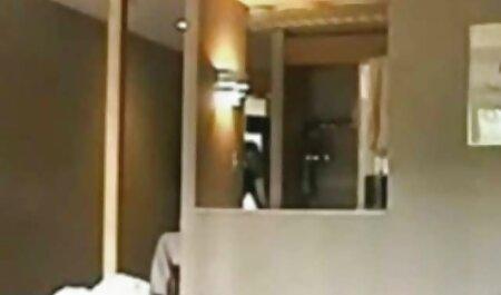 सुंदर लड़की कपड़ा उतारते (वीडियो फुल एचडी में सेक्सी फिल्म 18).